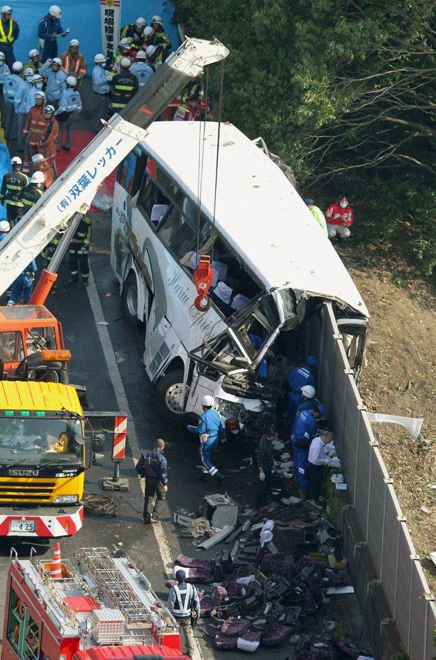 В Японии туристический автобус врезался в стену
