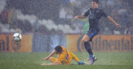 Матч Украина   Франция на Евро 2012 остановлен из за дождя