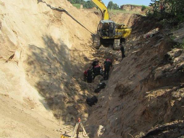 В Гродненской области двух человек засыпало землей в траншее