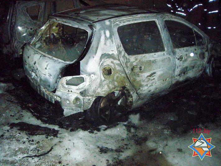 В Минске на стоянке сгорели 3 автомобиля, еще 5 повреждены
