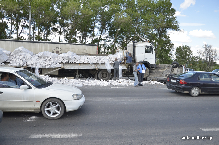 МАЗ раздовил два автомобиля