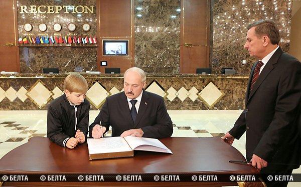 Александр Лукашенко оставляет запись в Книге почетных гостей