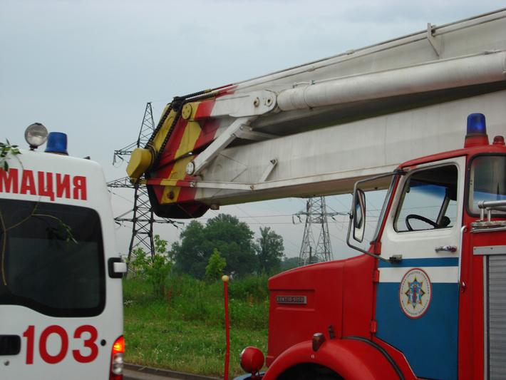Экипажи МЧС и скорой помощи на месте инцидента
