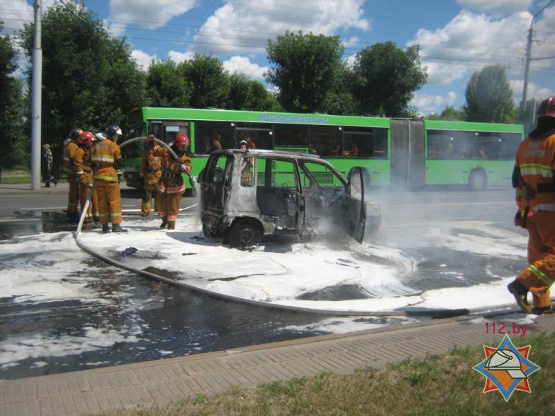 В Могилеве на проезжей части загорелся автомобиль