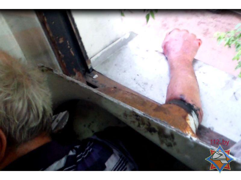 Мужчина застрял рукой в унитазе