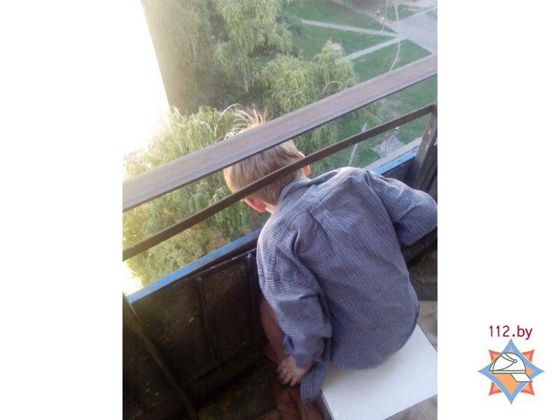 6-летний мальчик застрял головой между балконными перилами