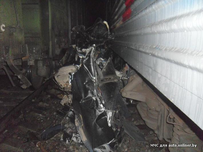 Mercedes столкнулся с двумя с поездами