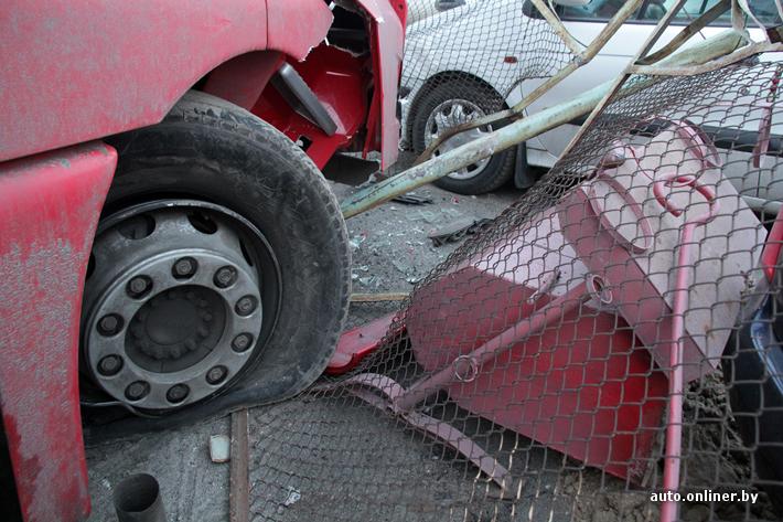 В Бресте пьяный водитель фуры на парковке протаранил 6 автомобилей
