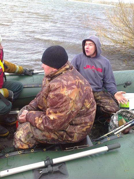 В Бобруйске на Березине ветер перевернул лодку с рыбаком, ему потребовалась помощь спасателей