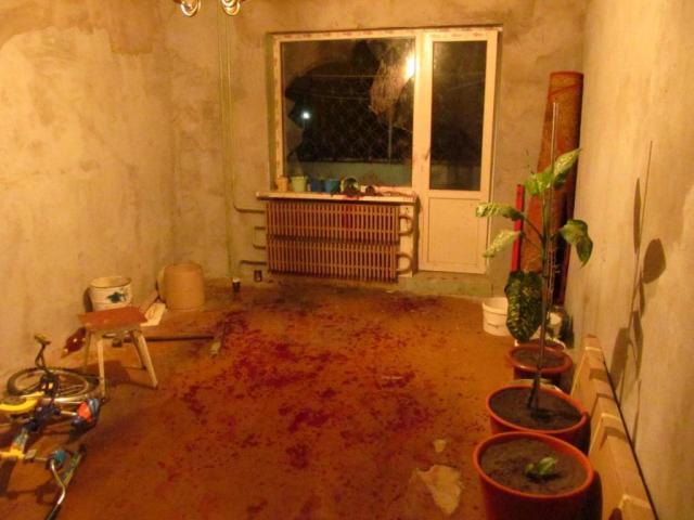 комната с разбитым окном
