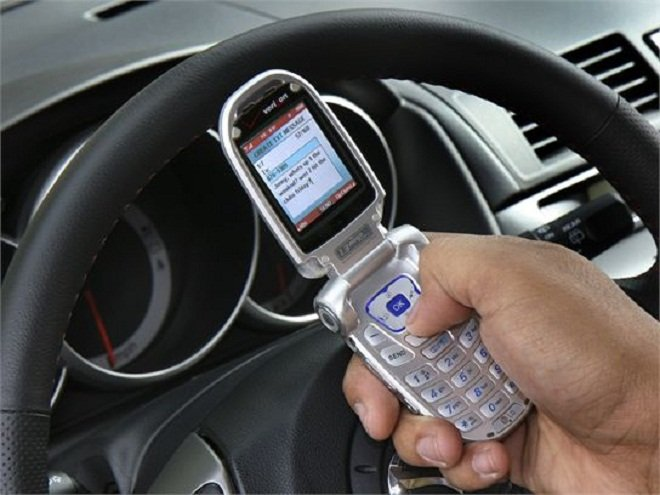 разговор по мобильному за рулём