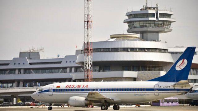 Безвизовую туристку изКитая встретили в государственном аэропорту Минск сцветами