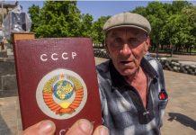 сторонник федерализма из Луганска держит советский паспорт