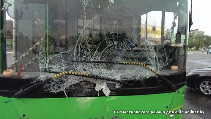 разбитое лобовое стекло автобуса