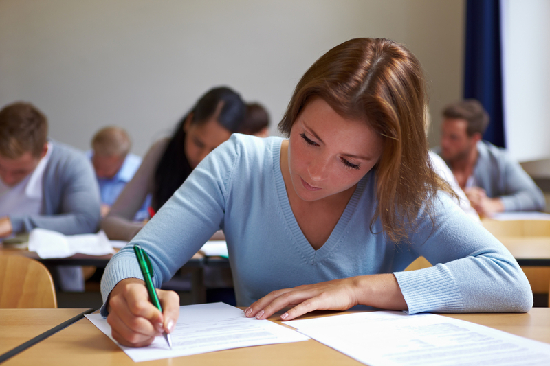 Девушка на экзамене