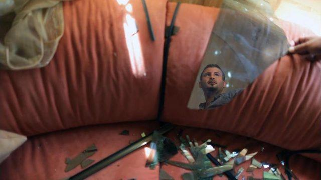 палестинец рассматривает последствия авиаудара
