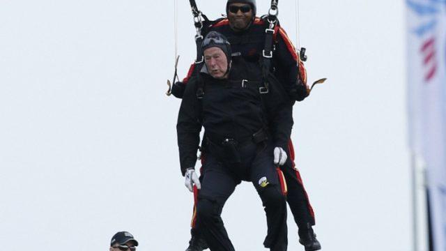 Джордж Буш-старший прыгает с парашютом