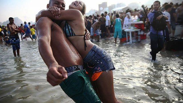 пара празднует победу Бразилии над Чили
