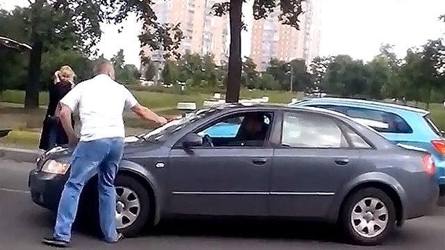 мужчина напал с топором на автомобиль