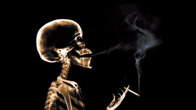 Скелет курит