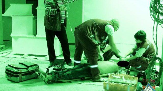 Медики оказывают помощь пострадавшему
