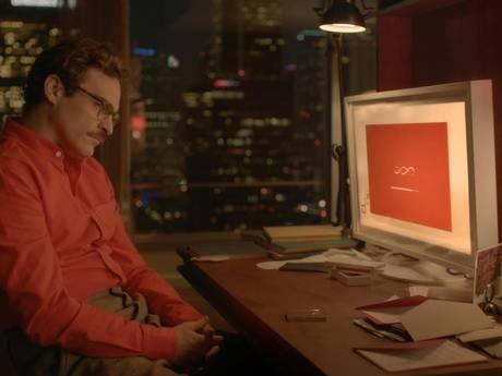 Служебный роман в кинокартине «Она»: Хоакин Феникс в роли влюбленного в компьютерную программу Теодора Томбли.