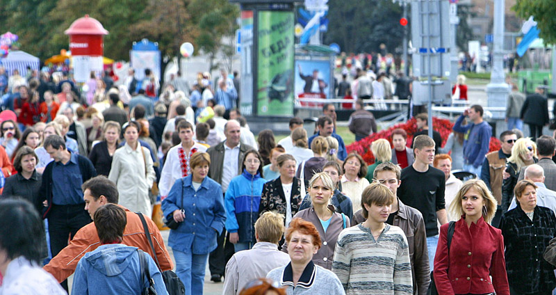 Люди на улице города