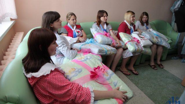 """Женщины с подарками от """"Белой Руси"""""""