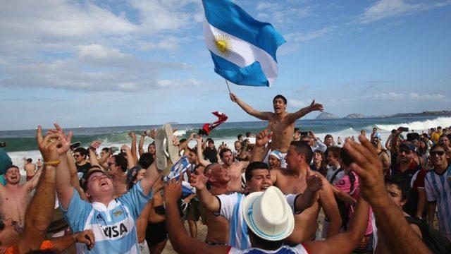 болельщики сборной Аргентины на пляже Копакобана