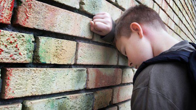 подросток у стены