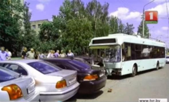 троллейбус протаранил автомобили