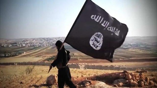 Человек с флагом Исламского государства