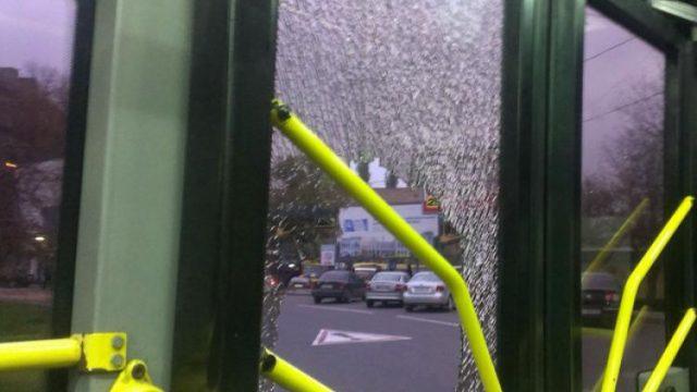 разбитое стекло в троллейбусе