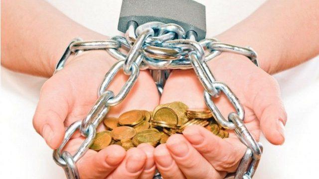 Руки с монетами в цепи
