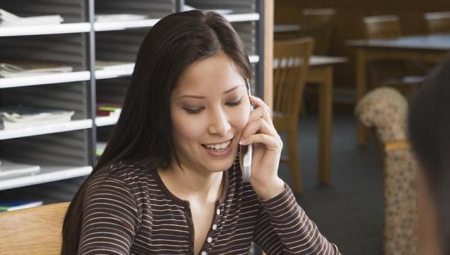 Некрасиво? В результате опроса выяснилось, что 79% молодых людей считают, что пользоваться телефоном в туалете – это нормально. А 81% уверены в том, что говорить по телефону в «зонах соблюдения тишины», таких, как поезд и библиотека - совершенно обычное дело.