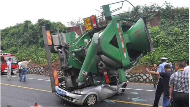 бетономешалка упала на автомобиль