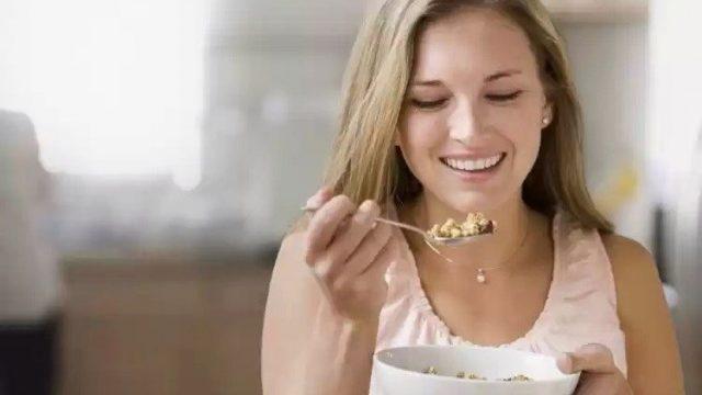 """Завтракайте  Все мы знаем, что завтрак - самый важный прием пищи за день. От этого зависит ясность и ваше настроение. Завтрак поможет осилить скучный проект и пережить утренний поход """"на ковер"""" к боссу."""