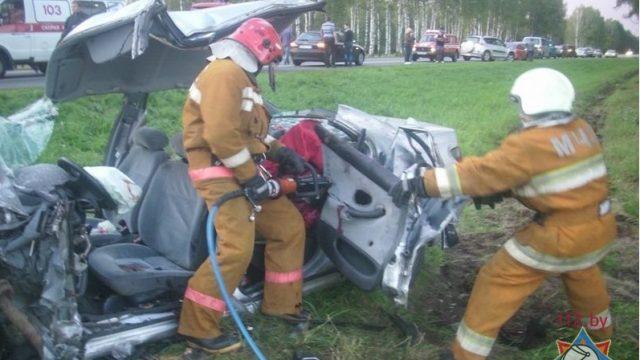 спасатели деблокируют водителя