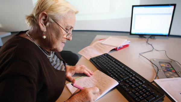 Пожилая женщина за компьютером