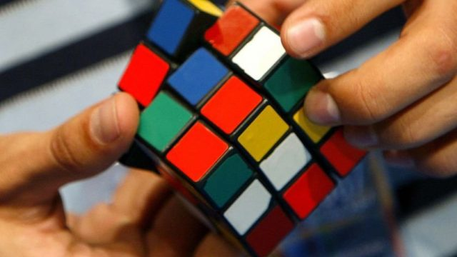 Кубик Рубика в руках
