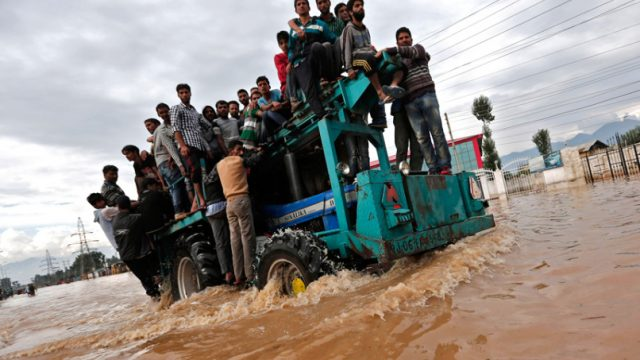трактор спасает людей от наводнения