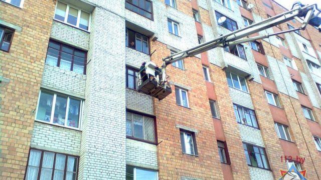 Спасатели поднимаются в квартиру