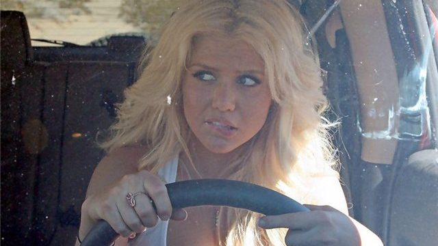блондинка за рулем