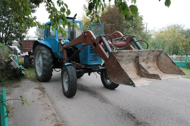 трактор наехал на человека