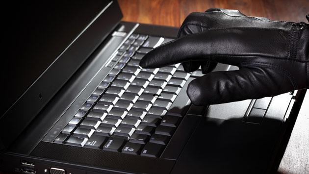 Ноутбук и рука в перчатке
