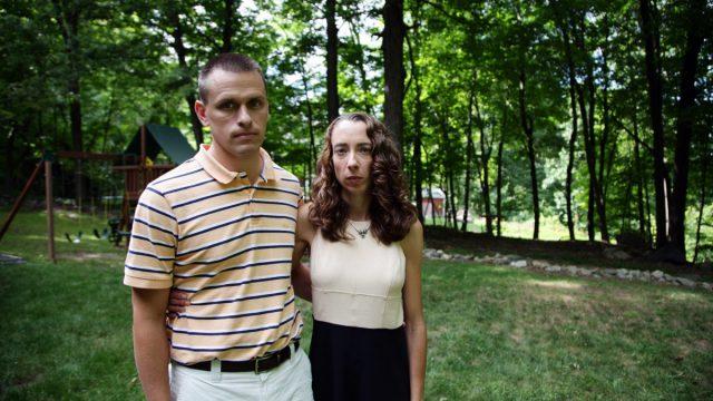 Кайл и Линдси Роджерс-Сайдс во дворе своего дома, штат Коннектикут, 28 августа, 2014
