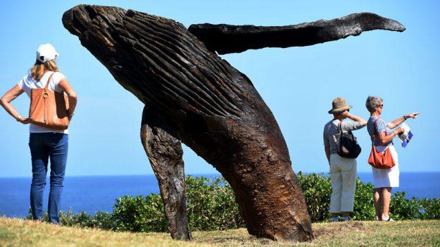 морская скульптура кита
