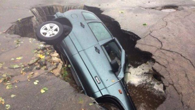 автомобиль провалился под асфаль