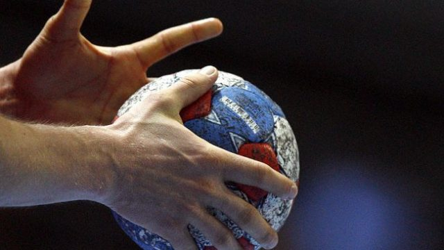 Гандбольный мяч в руках