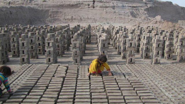 афганская девочка работает на кирпичном заводе